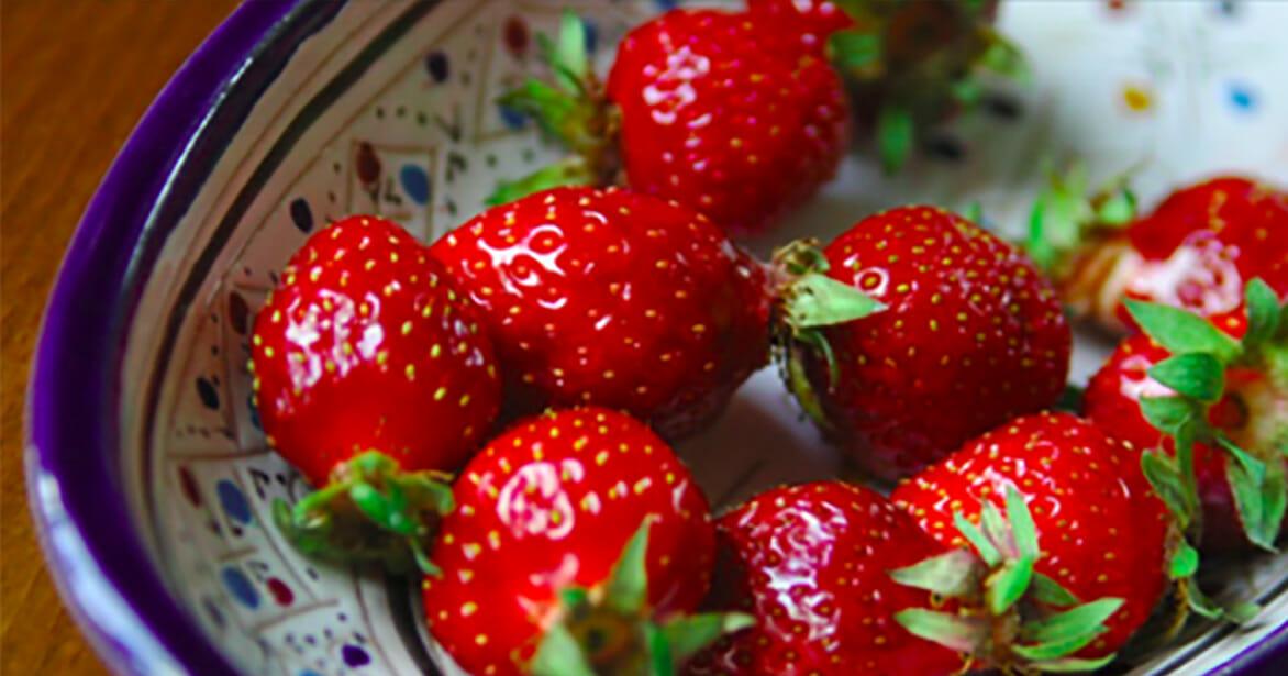 Moeder deelt een truc waarmee je aardbeien vers kan houden in de koelkast voor weken