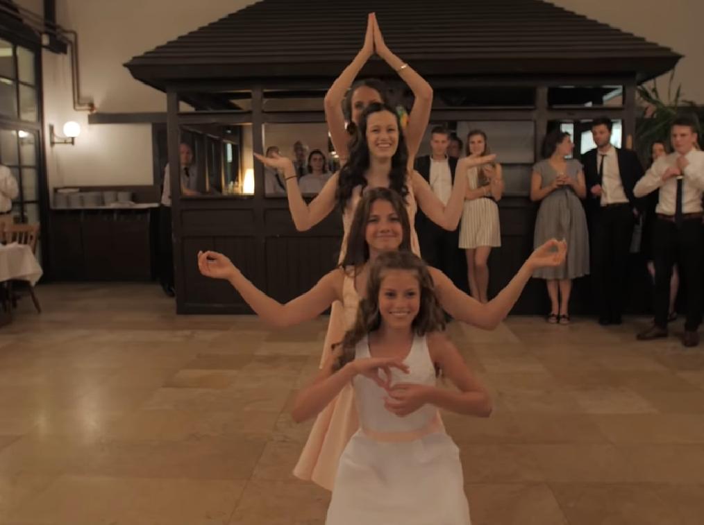 meisjes dansen op bruiloft