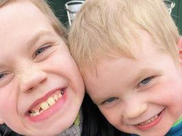 """Moeder van autistische zonen werd gevraagd om """"rare jongens"""" weg te houden van andere kinderen"""