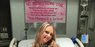 Moeder hangt bord boven bed, zodat verpleegkundigen haar niet vragen om borstvoeding te geven