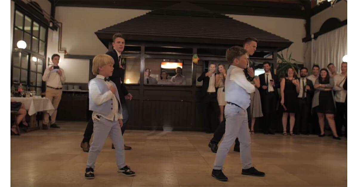 jongen danst tijdens huwelijk