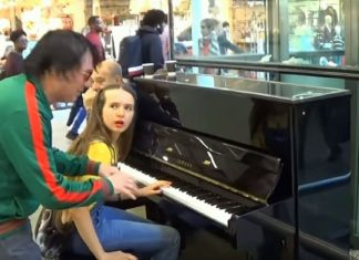 Vreemdeling onderbreekt jong meisje op piano - zorgt voor stunt dat voor veel aandacht zorgt