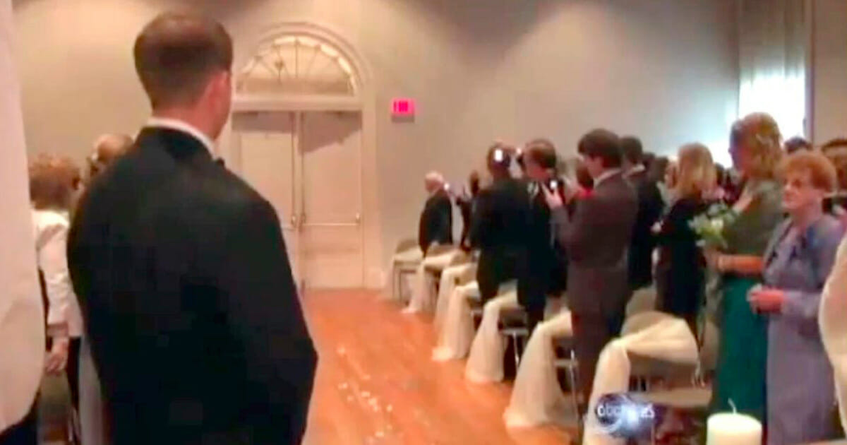 verlamde bruid loopt richting altaar