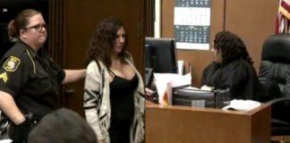 vrouw in rechtszaal