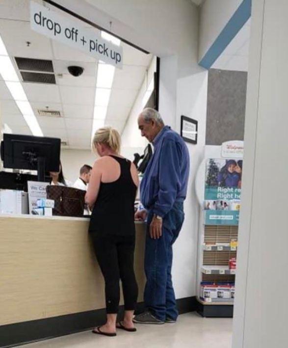 oude man bij apotheker