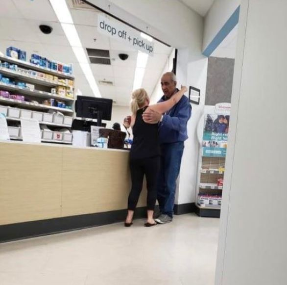 oude man knuffelt vreemdeling