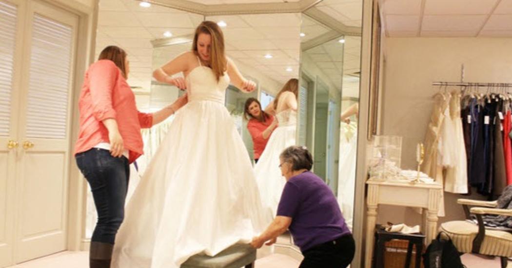 vrouw in trouwwinkel