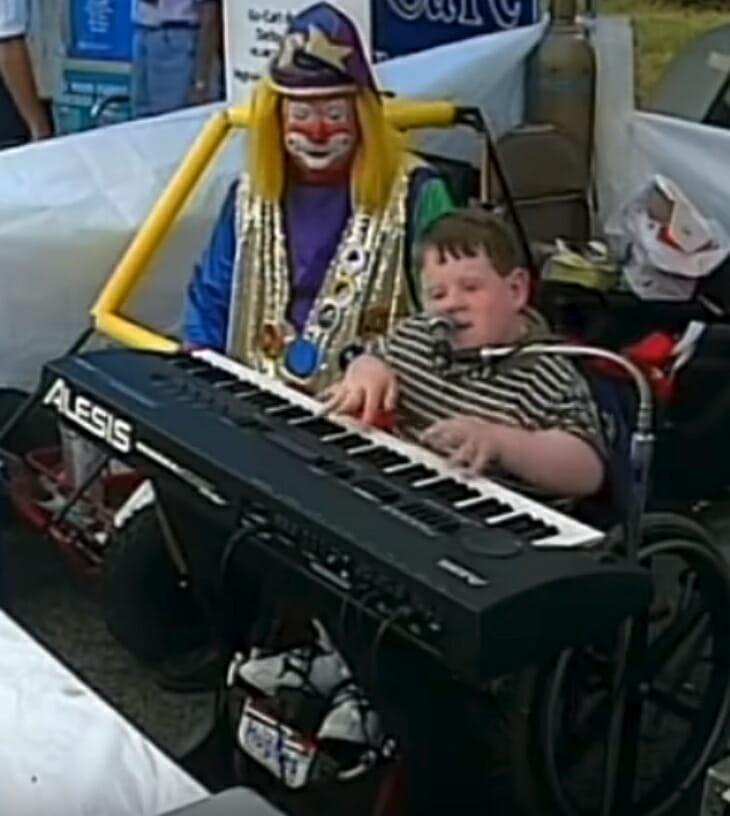 blind geboren baby speelt piano