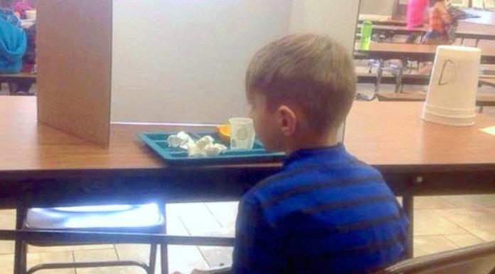 jongetje krijgt straf op school door te laat komen