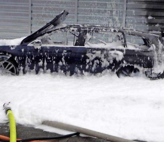 Vrouw probeert benzine uit dieselauto te zuigen - auto volledig afgefikt