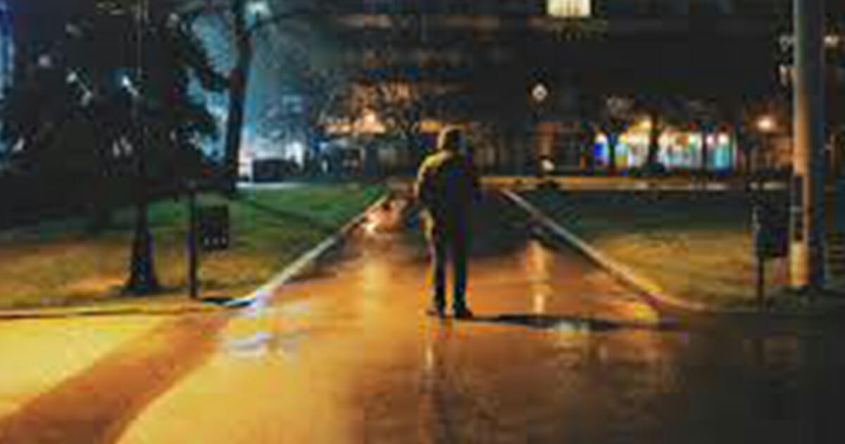 alleen lopen in de avond