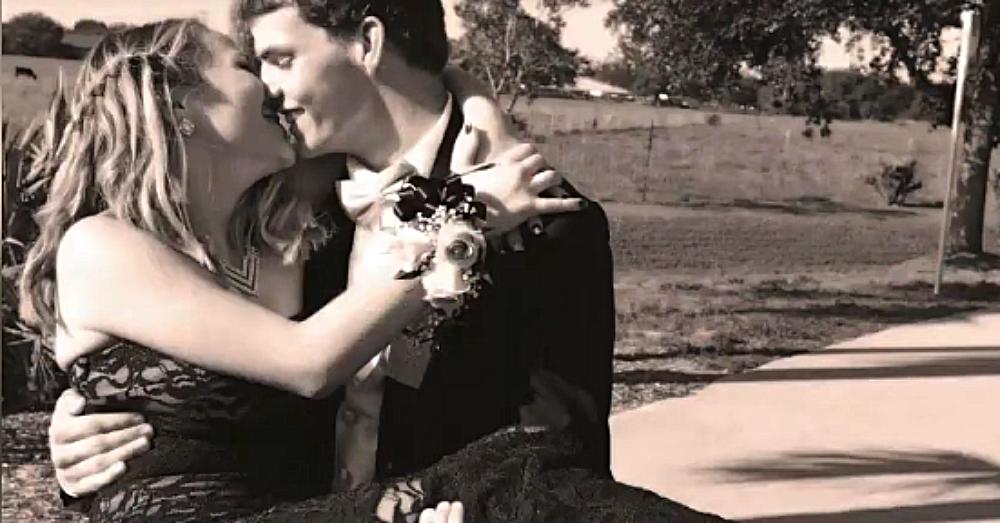 zwart-wit foto van Dustin en Sierra knuffelen