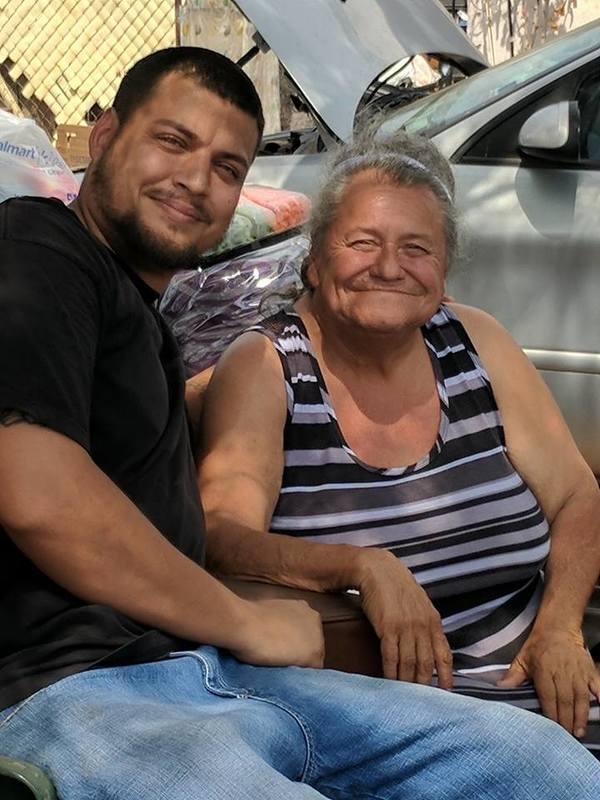 jongeman helpt oude dame in nood