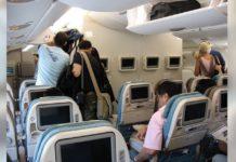 Vrouwelijke soldaat stapt in vliegtuig, dan weigert man in de 1e klas haar achterin te laten zitten