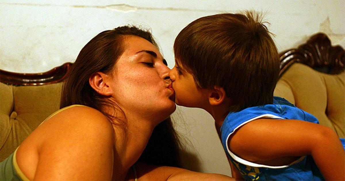 moeder geeft kus op mond van zoontje