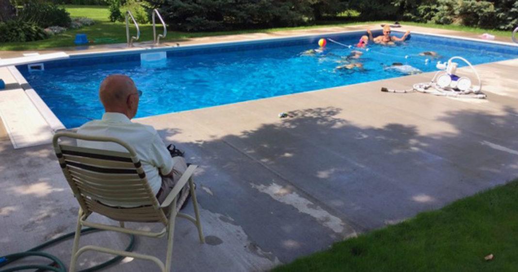 94-jarige bouwt zwembad in zijn tuin, zodat hij nooit meer alleen is nadat vrouw stierf