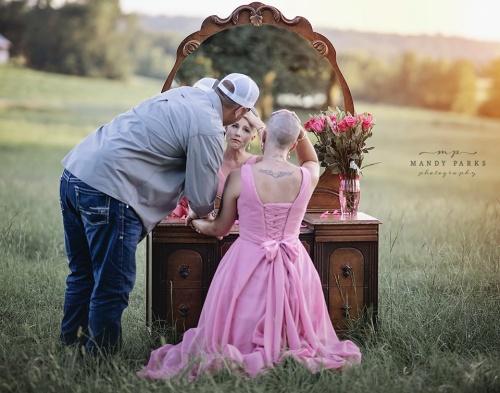 vrouw en man kijken in spiegel