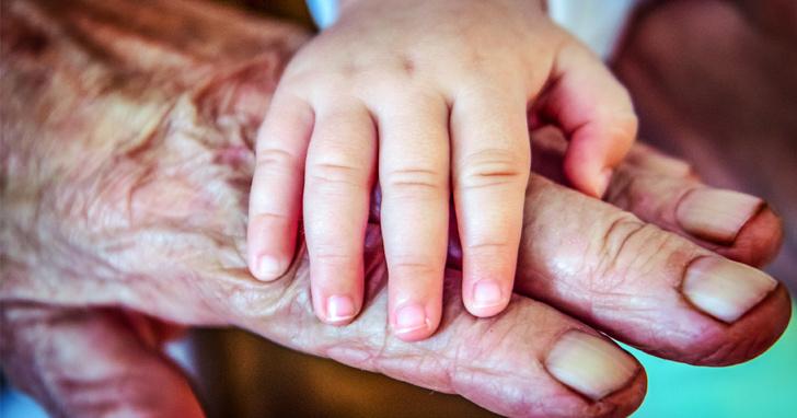 hand van oud en jong iemand