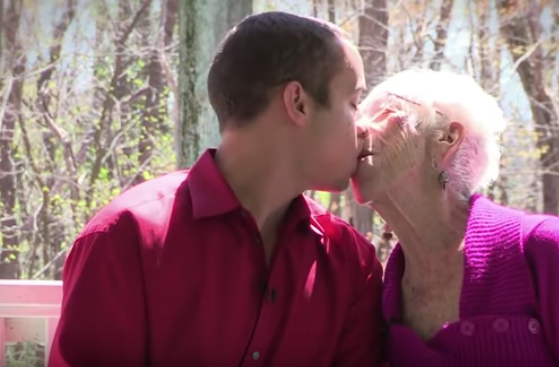 jonge man zoent met oude vrouw