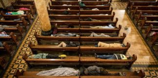 Kerk biedt onderdak aan daklozen aan en geeft ze dekens om ze warm te houden