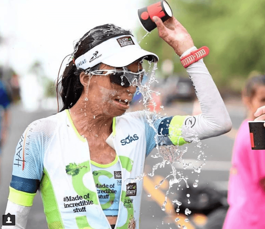 vrouw met brandwonden loopt marathon
