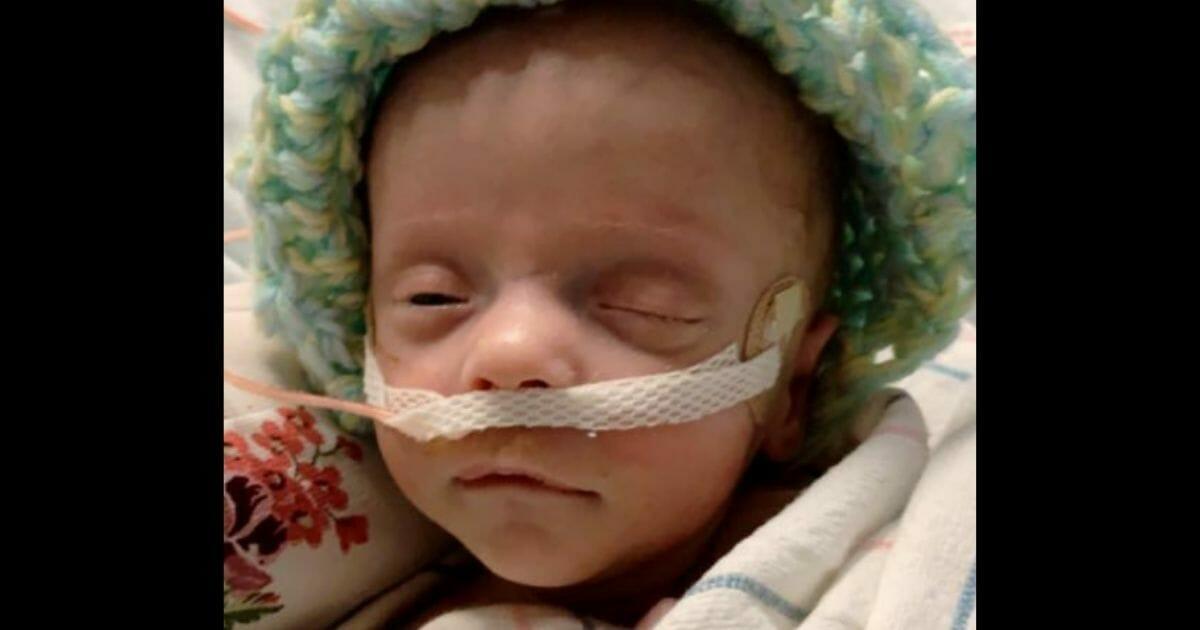Dappere baby blijft vechten nadat artsen levensondersteuning hebben uitgeschakeld