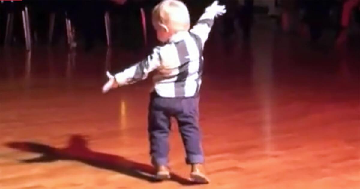 Baby hoort zijn favoriete Elvis nummer, kijk hoe hij zich omdraait en je versteld doet staan