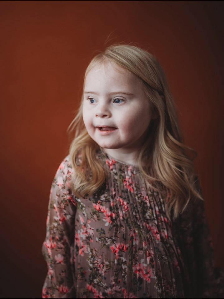 modellenfoto van meisje met syndroom van Down
