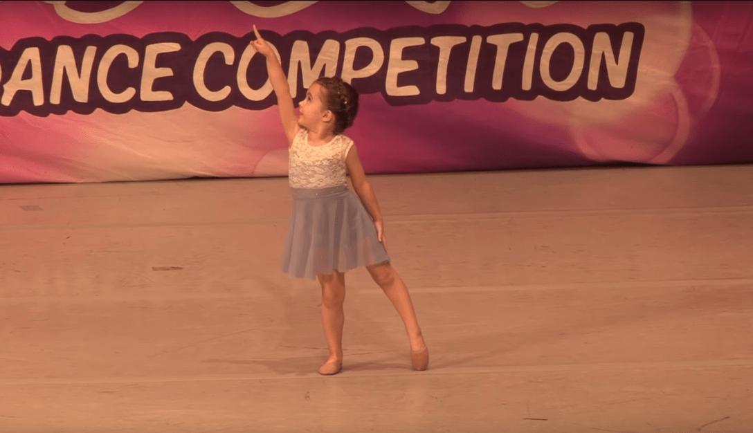 klein meisje danst