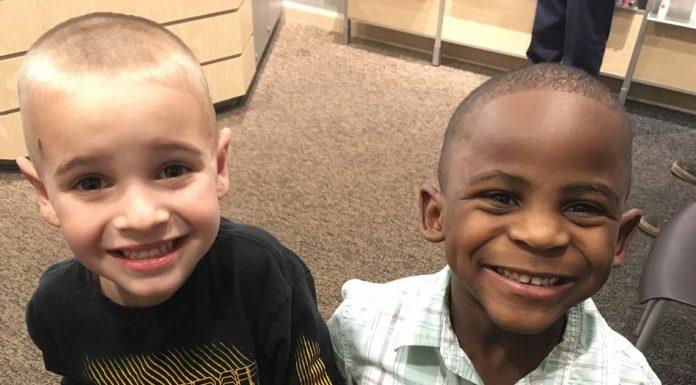 Deze 5-jarige beste vrienden namen hetzelfde kapsel zodat ze hun leraar konden 'verwarren'
