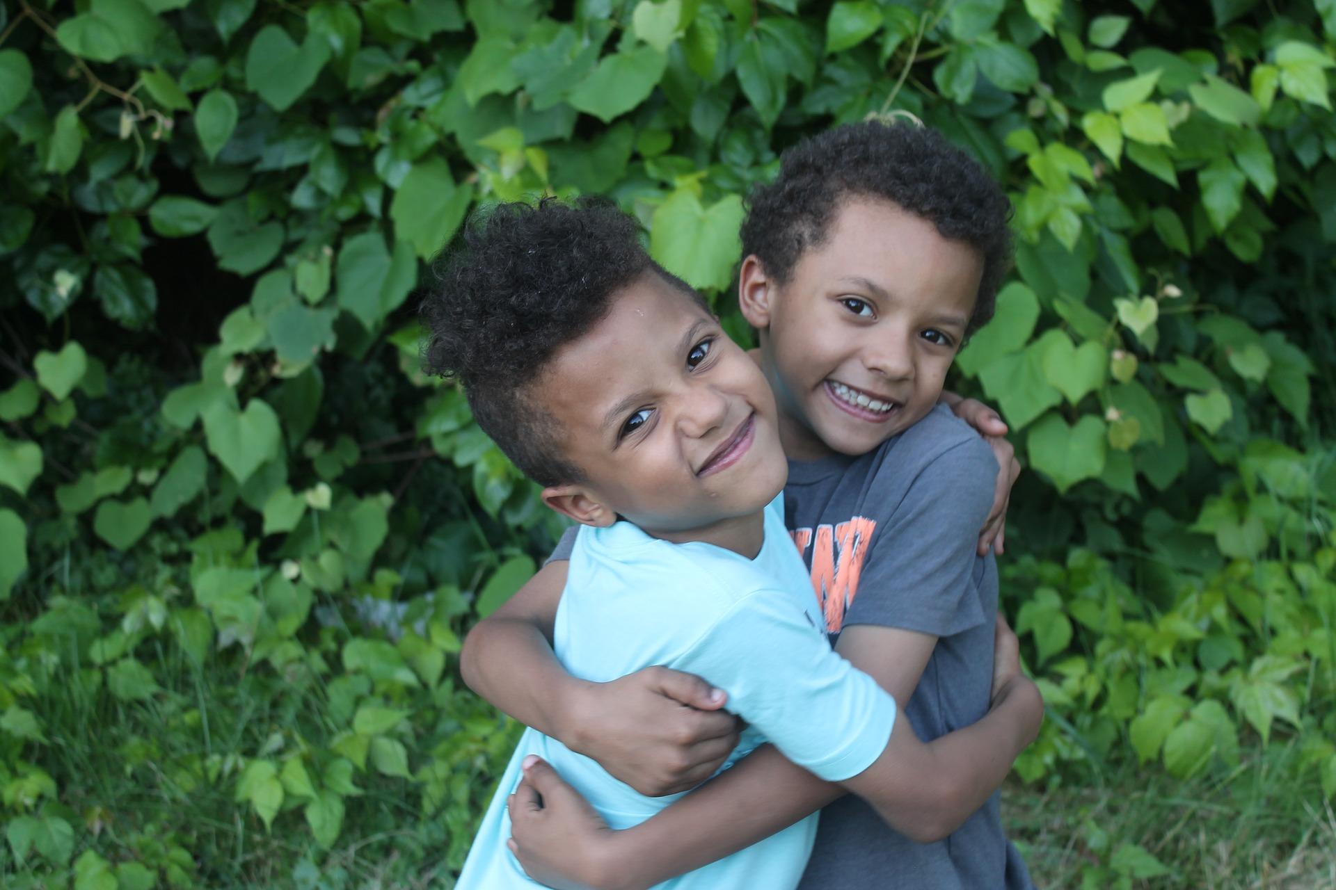 jongens knuffelen elkaar