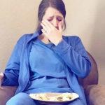 Vermoeide verpleegster breekt uit in tranen na bevalling van een doodgeboren baby terwijl tweelingzus stiekem foto maakt