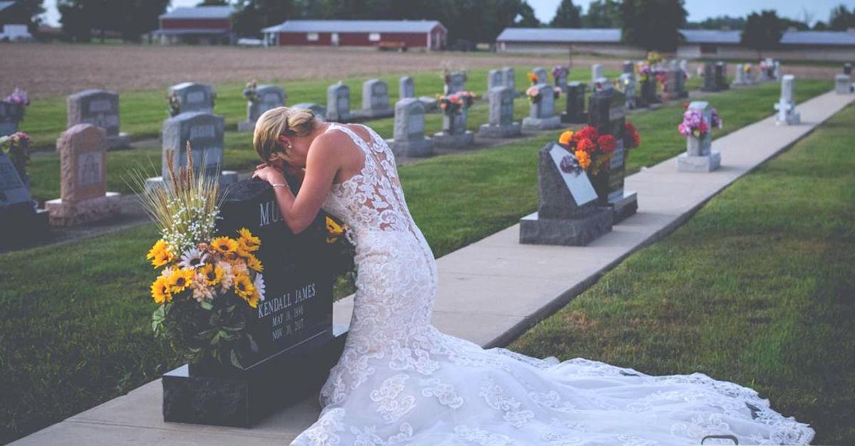 Bruid weigert af te zien van fotoshoot nadat verloofde werd doodgereden door dronken bestuurder voor hun huwelijk