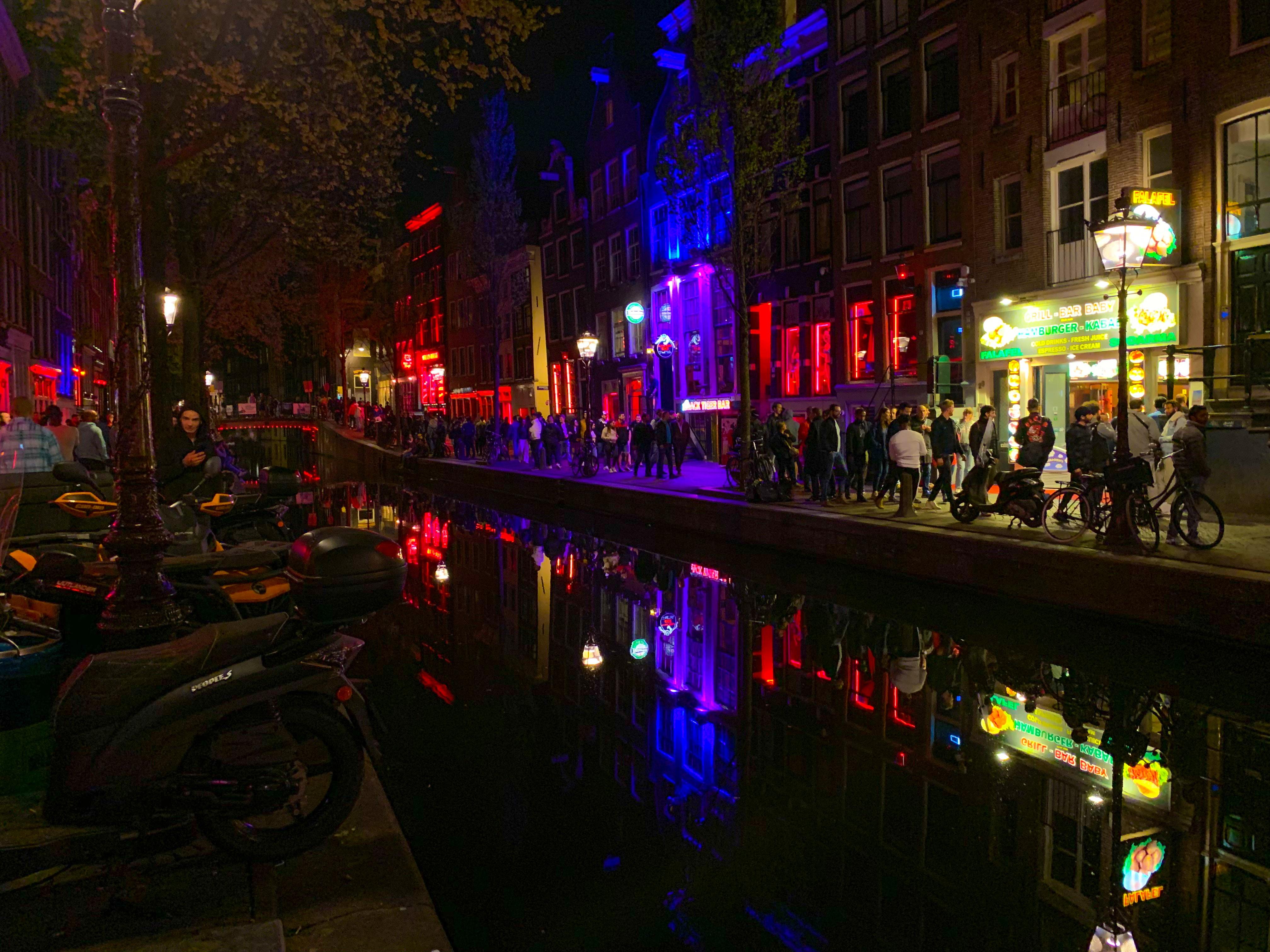 Amsterdamse Wallen mag geen 'Red Light District' meer heten
