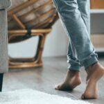 De hele dag thuis lopen op blote voeten? Dit is waarom je dat beter niet moet doen