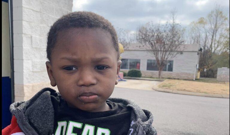 2-jarig jongetje gedumpt bij kringloopwinkel met briefje van ouders