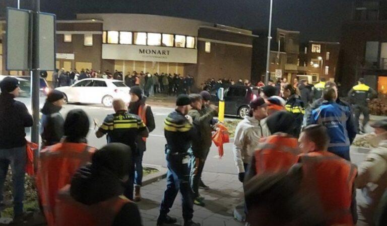 Voetbalsupporters krijgen hesjes van de politie om hun stad te beschermen