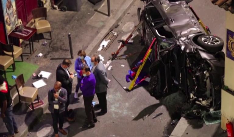Auto rijdt in op terras in Parijs – dader nog steeds op de vlucht